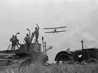 """Автор: Аркадий Шайхет """"Трактор и самолет"""", 1936"""