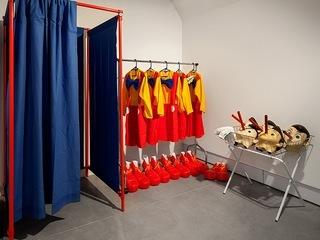 """Автор: Пол Маккарти """"Инсталляция из 10 костюмов и видео"""", Коллекция Филиппа Коэна"""