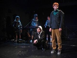 Источник фото: http://www.etud-theatre.ru/spektakli/chetyrnadcat-plyus/