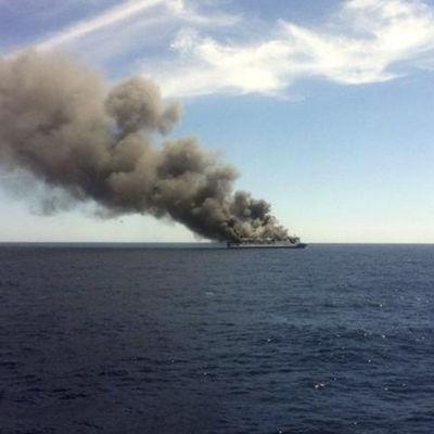 В Северном море загорелось грузовое судно