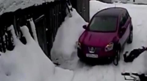 Автоледи несколько раз переехала женщину-пешехода, оцарапавшую машину