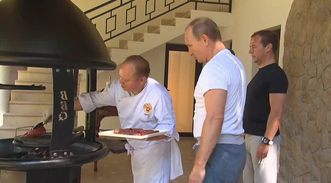 Путин и Медведев пожарили барбекю