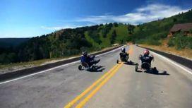 Новое развлечение мужчин: гонки на трехколесных велосипедах