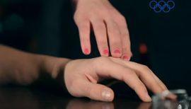 Доказано: женщины способны влюбиться от случайного прикосновения