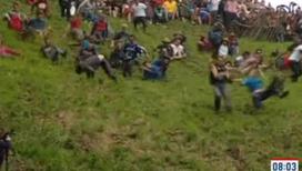 Участники сырной гонки готовы получать переломы и сотрясения