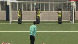 Агуэро забивает пенальти с шорами на глазах