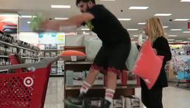 Фанат баскетбола пугает покупателей в супермаркете